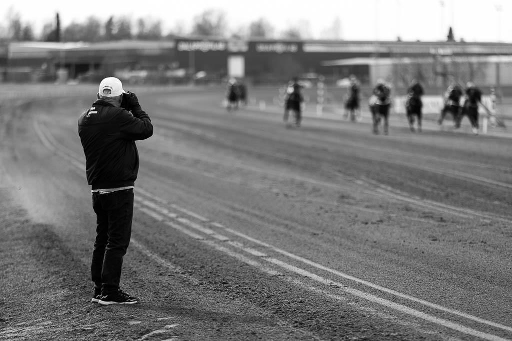 En fotograf tar bilder på hästarna när de passerar.