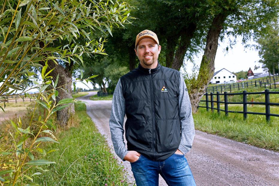 Daniel Redén på en grusväg mellan hästhagar.