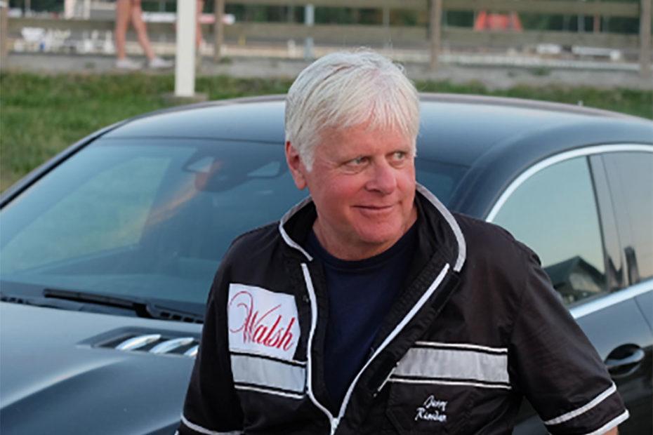 Jerry Riordan lutar sig mot en bil.