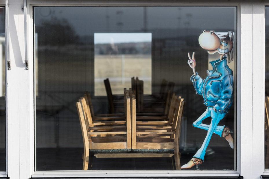 Harry Boy gör v-tecken i ett fönster